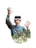 podwójny narażenia Kobieta z rzeczywistość wirtualna gogle Drzewa Zdjęcie Stock