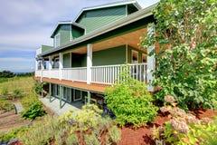 Podwórka widok kraju trzy opowieści zielony dom Zdjęcie Stock
