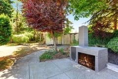 Podwórko domowa powierzchowność z błękitną ceglaną grabą i well utrzymujący uprawiamy ogródek Obraz Royalty Free
