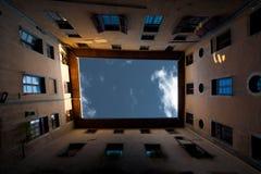 podwórza klauzurowy europejczyka klauzurowy niebo Fotografia Stock