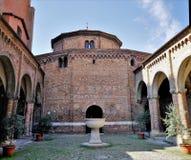 Podwórze Świątobliwa Stephen bazylika, Bologna, Włochy fotografia stock