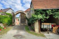 Podwórze Austriacka tradycyjna wino tawerna Weissenkirchen, Niski Austria zdjęcie royalty free