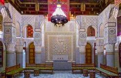 Podwórze dekorował z mozaiką i cyzelowaniami w Marokańskim riad fotografia royalty free