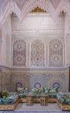 Podwórze dekorował z mozaiką i cyzelowaniami w Marokańskim riad zdjęcia stock