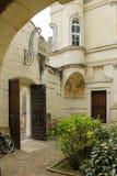 Podwórze i dzwi wejściowy Chinon Francja obrazy stock