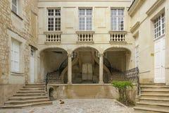 Podwórze i schodki Chinon Francja obraz stock