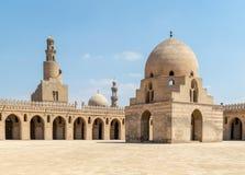 Podwórze Ibn Tulun jawny dziejowy meczet, Kair, Egipt Przegląda pokazywać abluci fontannę i minaret, fotografia royalty free