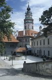 Podwórze kasztel Cesky Krumlow który zostać symbolem miasteczko z round malujący wierza, Cesky Krumlov jest zdjęcia royalty free
