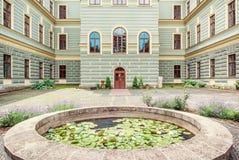 Podwórze leśnictwo szkoła w starym górniczym grodzkim Banska Stiavnica zdjęcie stock