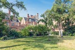 Podwórze ogród z starymi historycznymi domami beguinage przy Antwerp, Belgia Obraz Royalty Free