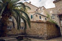 Podwórze stary miasteczko w Budva obrazy royalty free
