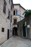 Podwórze stary miasteczko w Kotor obrazy royalty free