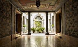Podwórze w starym włoskim budynku zdjęcia stock