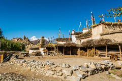 Podwórze w tradycyjnej kamiennej budowy wiosce Jhong obraz stock