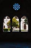 Podwórze widzieć przez okno Alcobaca monaster obraz stock