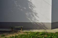 Podwórze z ławką zdjęcia stock