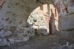 Podwórze z ścianami wielcy głazy i ściany z cegieł zdjęcia royalty free