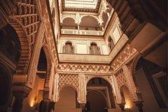 Podwórze z cyzelowaniami i wzorami wśrodku czternastego wieka Alcazar pałac królewskiego, Mudejar architektura styl, Seville zdjęcia royalty free