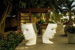 Podwórzowy hotelowy Afryka, Senegal, Styczeń 2013 krzesła i drzewka palmowe, i Fotografia Stock