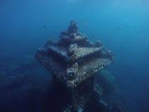 Podwodna świątynia blisko rafy koralowa w głębokim błękitnym morzu, snokeling w Bali obraz stock