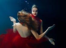 Podwodni dwa portreta ot młode piękne dziewczyny Zdjęcia Royalty Free