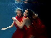 Podwodni dwa portreta ot młode piękne dziewczyny Obraz Royalty Free