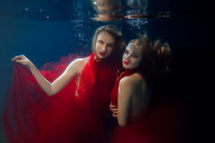 Podwodni dwa portreta ot młode piękne dziewczyny Fotografia Royalty Free