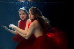 Podwodni dwa portreta ot młode piękne dziewczyny Fotografia Stock