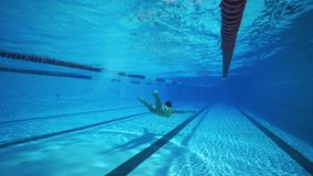 Podwodny kobiety dopłynięcie w basenie zbiory wideo