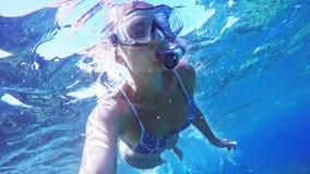 Podwodny selfie, kobieta nur w snorkeling pikowania masce i snorkel w jasnej błękitnej wodzie morskiej, zdjęcie wideo