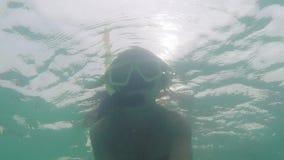 Podwodny selfie młoda piękna kobieta snorkeling rafa koralowa na głębokiej wodzie 1920x1080 zdjęcie wideo