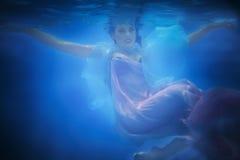 Podwodny zakończenie w górę portreta kobieta Zdjęcia Stock