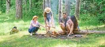 Podwyżka grill Przyjaciele cieszą się weekendowego grilla w lasowym firma przyjaciół pinkinie lub grilla prażaka karmowym poblisk zdjęcia stock