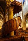 Podwyższona drewniana ambona w dziejowym kościół Zdjęcia Stock