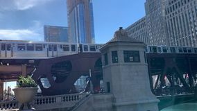 Podwyższony «el «pociąg, Chicago system transportowy, krzyżuje studnie Uliczne nad Chicagowską rzeką gdy pedestrians chodzą zbiory wideo