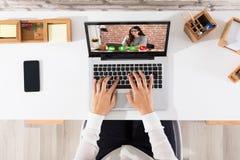Podwyższony widok biznesmena Videoconferencing Na laptopie obrazy stock