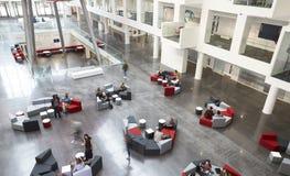 Podwyższony widok miejsca siedzące w uniwersyteckim atrium, ruch plama zdjęcia stock