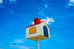 Podwyższony model dom Przeciw niebieskiemu niebu zdjęcie royalty free