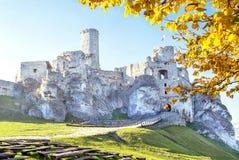 Podzamcze,波兰- 2015年10月31日:Ogrodzieniec城堡美丽如画的看法在秋天 免版税库存图片