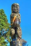 podzielić maoryjskiego drewna Męska postać na słupie, Tauranga, Nowa Zelandia obraz stock