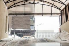 Podziemna parking wyjścia brama Ciężki opad śniegu plenerowy Śliski drogowy ostrzeżenie Miecielicy prognoza pogody zdjęcia royalty free