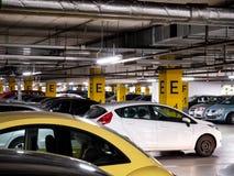 Podziemny garaż w zakupy centrum handlowym z mnóstwo samochodami Fotografia Royalty Free