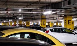 Podziemny garaż w zakupy centrum handlowym z mnóstwo samochodami Obrazy Royalty Free