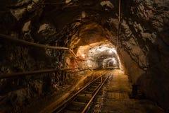 Podziemny kopalni złota przejście z poręczami obrazy stock