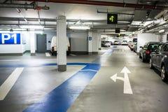 Podziemny parking, garaż/ Zdjęcie Royalty Free