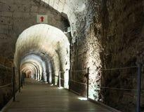 Podziemny tunel budował rycerza templariuszem, przechodzi pod fortecą w starym mieście akr w Izrael Zdjęcia Stock