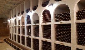 Podziemny wino loch z kolekcją butelki, Cricova, Mol Zdjęcia Royalty Free