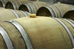 Podziemny wino loch z rzędami drewniane baryłki 2 Obrazy Stock