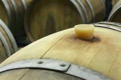 Podziemny wino loch z rzędami drewniane baryłki 8 Fotografia Royalty Free