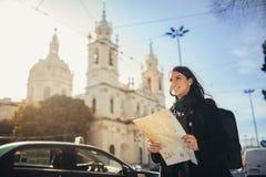 Podziwiać zadziwiającego zmierzch w europejskim metropola Podróżować w Europa Żeński turist przed bazyliką da Estrella zdjęcia stock
